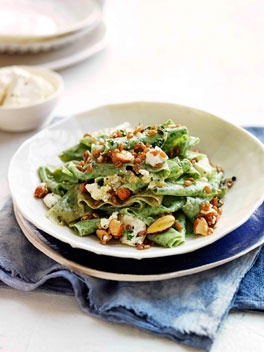 Green pasta with fried spelt, feta and almonds