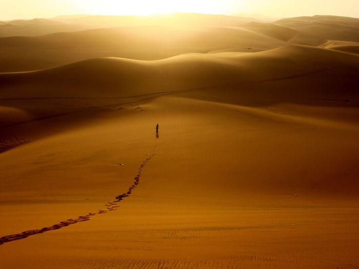 Le soleil se couche sur le désert du Namib à Walvis Bay, Erongo, Namibie