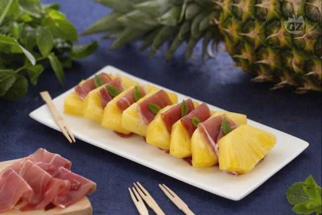 Prosciutto e ananas è un piatto freddo delizioso. La freschezza dell'ananas unita al sapore intenso del salume: un'alternativa a prosciutto e melone