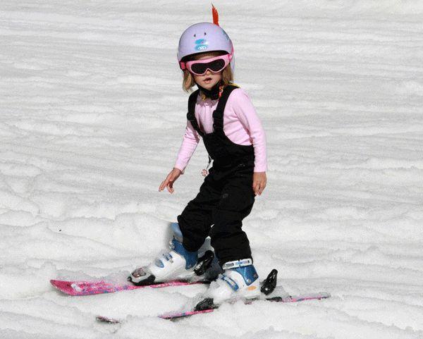 ¿Qué deportes practicar este invierno? Te damos unas ideas para ir con toda la familia, en pareja, con amigos o solo.  #deportes #invierno #niña #esquiar #rosa