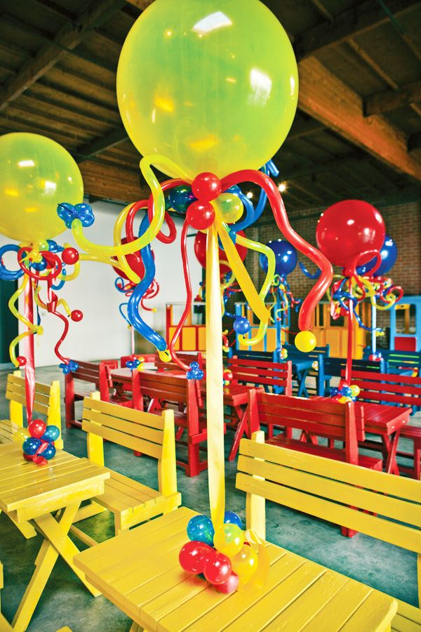 Great balloon table decor!  A PVC pipe with balloons attached at the top and and bottom.