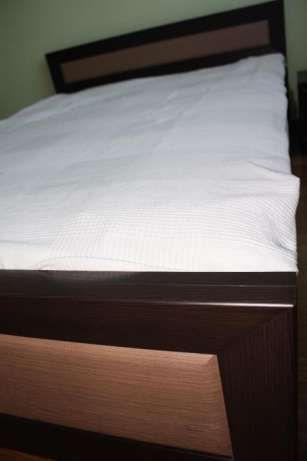 200 zł: Sprzedam łóżko o wymiarach wewnętrznych 140x200 wraz z dwoma szafkami nocnymi firmy BRW (model Largo). Opcjonalnie mogę również oddać materac.
