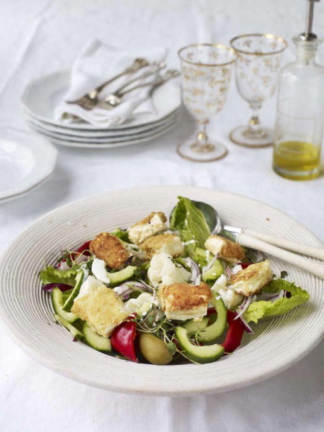 Grekisk sallad på stekt fetaost och tsatsiki-dressing - Mitt kök