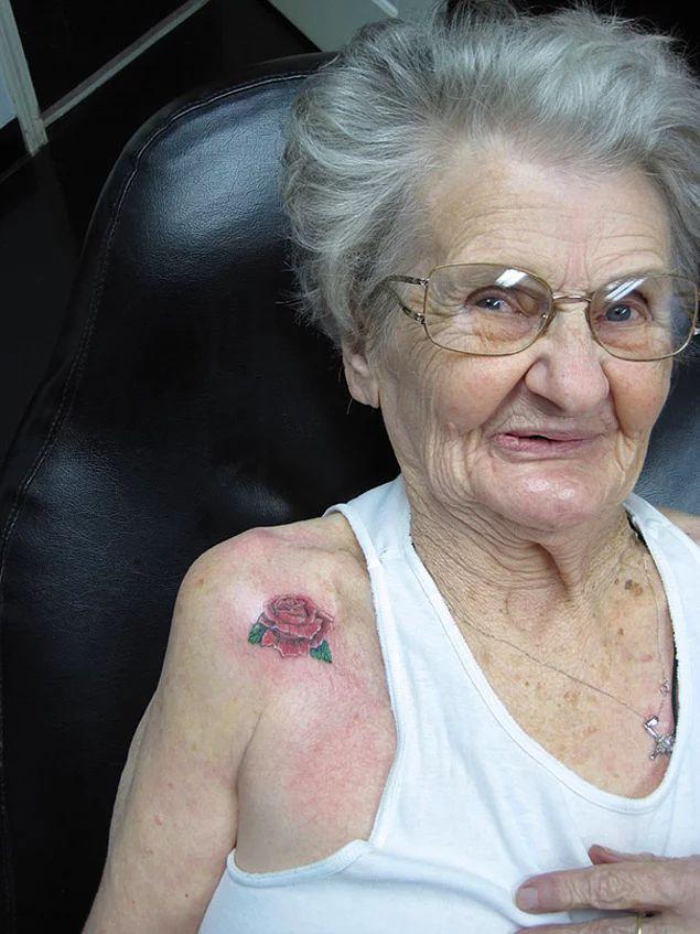 88. yaş gününde kendine dövme hediye eden büyük anne 💮💮