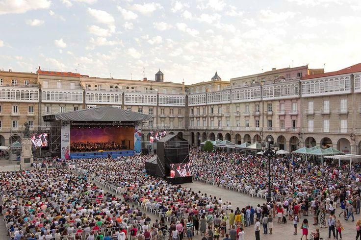 Ayer la Plaza de María Pita se llenó con la música de la Sinfónica de Galicia, con un concierto que estuvo dedicado a todas las víctimas de los atentados de Barcelona y Cambrils.   Y hoy martes, a las 20:30, la Banda Municipal de A Coruña también les dedicará su ♪ ♫ ♪ ♫   #MaríaPita17 #ACoruña  Foto: Concello da Coruña