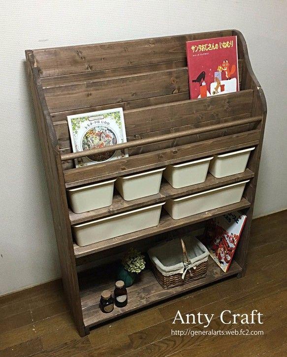 様々な小物の収納に便利な収納ケースが大2個と小4個も付いた絵本棚です! ♪お子さんのいるご家庭ではおもちゃ箱として。 ♪ふた付きの収納ケースですので埃の侵入を防ぎ、おしゃれに隠してくれ、お部屋がスッキリと片付きます。◎下の棚は、高さが約35cmありますので、普通の絵本等が十分に収納できるサイズです。 ◎上の棚は絵本のタイトル、表紙が見やすくなっております。◎下段棚の仕切りに便利なブックエンドもございます。ご検討ください。 【寸法】 ◎高さ108cm 横80cm 奥行26.7cm ※収納ケース大:(内寸)高さ11cm 横34.5cm 奥行22.5cm ※収納ケース小:(内寸)高さ11cm 横16.5cm 奥行23cm ※若干の誤差はお許しください。【カラー】 ◎棚・丸棒:ウォルナット色 ◎側面・背板・こぼれ止め:ウォルナット色 ◎収納ケース:オフホワイト★色変更可能です! (*収納ケースの色変更は不可になります。) 白木・ウォルナット色・ライトオーク・ホワイト・ダークパイン・アンティークホワイト(エイジング加工)よりご指定ください。…