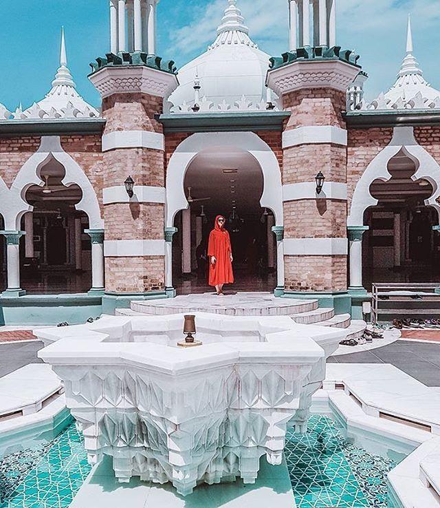 """via. @simplyhappypl  """"Walking around Jamek Mosque  . . . . . #kualalumpur #jamekmosque #malaysia #travel #travelblogger #travelgirl #visitingmosque #lovetravel #instapassport #exploringtheglobe #doyoutravel""""  Zobacz więcej podróżniczych inspiracji na: http://ift.tt/2k1V00E  Polub nas na fb: http://facebook.com/wagabundaclub/ Poznaj nas na Twitterze: http://twitter.com/wagabundaclub - Polub nasz profil i oznacz nas na zdjęciu @wagabundaclub a podamy Twoje zdjęcie dalej :) - Zdjęcie…"""