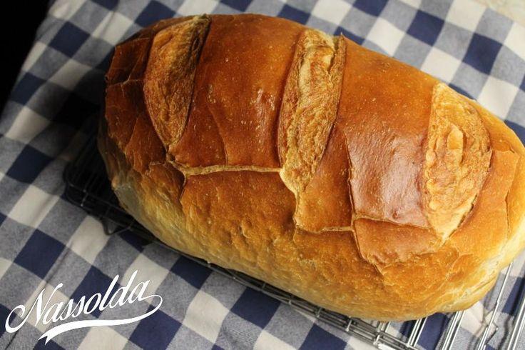 A recept Limarától származik. Limara a péksütikben etalon. És nem csak nekem! ;) Beszippantott magával a kenyér sütési láz. Egészen pontosan 2 hete. Azóta nem vettem kenyeret. Nincsen benne tartósítószer, semmiféle adalékanyag. Ez a kenyér a 3. napon is friss, bár kizárt dolog, hogy ne fogyjon el és ne kelljen minden nap sütni. Nagyon gyorsan bele lehet jönni és szinte mániává válik a kenyér sütése, mert magad dolgozod ki a tésztát, olyan szeretettel, hogy abból csak jó sülhet ki. És minden…