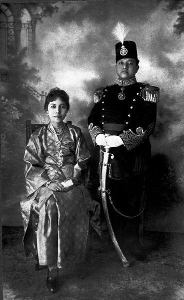 COLLECTIE TROPENMUSEUM Studioportret van de Sultan van Siak met zijn TMnr | Potret Sultan Siak, Sultan Syarif Kasim II dan istrinya (1910-1939) TMnr |