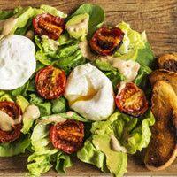 Salada verde com tomate assado, avocado e ovo pochê