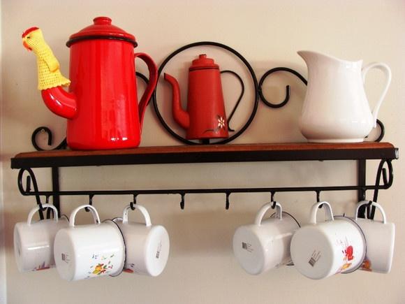 Porta xícaras de ferro com bule de madeira. Lindo para decorar sua cozinha.  Pode também ser utilizado para pendurar utensílios de cozinha. R$98,56