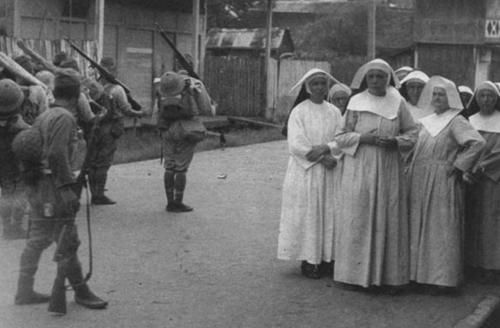 Japanese soldiers passing by Dutch nuns (1942)