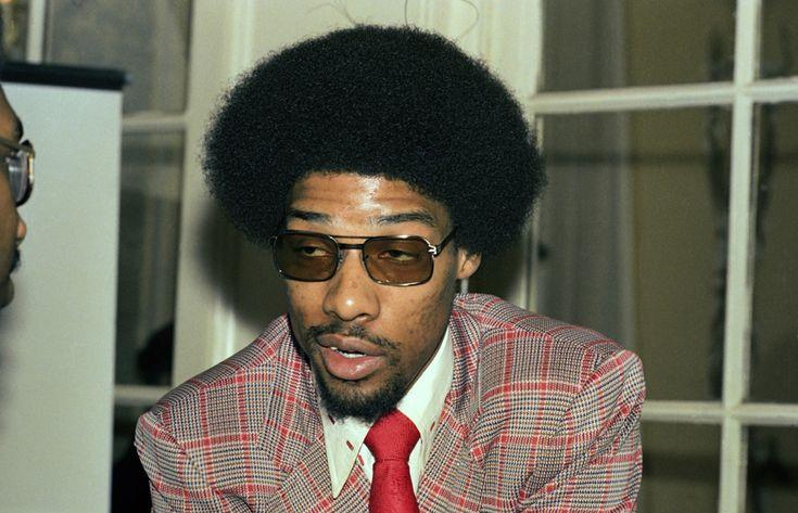 IlPost - Julius Erving, uno dei più grandi giocatori della storia del basket, in una foto del 1975: vincerà il campionato NBA con i Philadelphia 76ers nel 1983 (AP Photo/ML) - Julius Erving, uno dei più grandi giocatori della storia del basket, in una foto del 1975: vincerà il campionato NBA con i Philadelphia 76ers nel 1983  (AP Photo/ML)