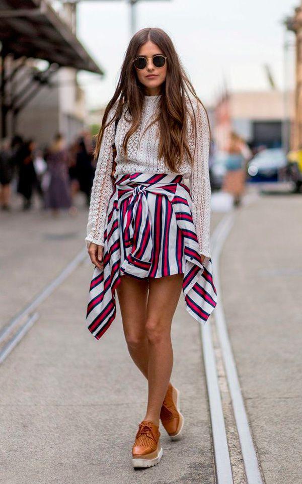 Street style look blusa rendada, camisa amarrada como saia listrada e sapato tratorado.