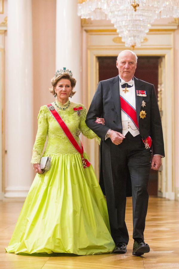 BLIKKFANG: Dronning Sonja var iført en knall grønn kreasjon med blondetopp og trompetermer. Legg merke til diademet dekket av smaragder og diamanter. Foto: NTB scanpix