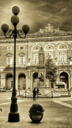 Statua di Giacomo Leopardi a Recanati