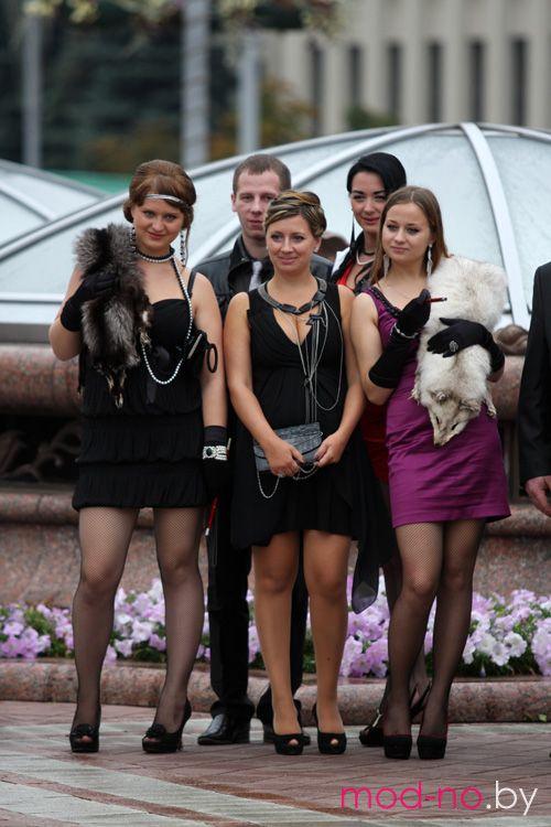 """Фотофакт: девушки в стиле """"ретро"""" в самом центре белорусской столицы (наряды и образы на фото: чёрное коктейльное платье, чёрные прозрачные колготки, чёрное коктейльное платье, чёрный клатч, пурпурное мини-платье, чёрные перчатки, белая горжетка, чёрные туфли, чёрные колготки в сетку)"""
