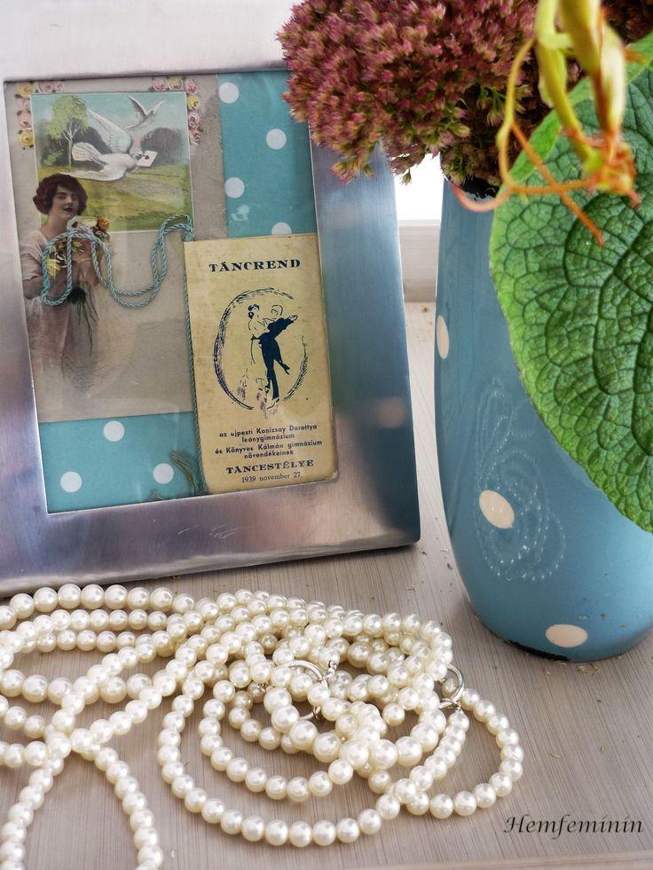 Eine alte Tanzordnung und eine wunderschöne Liebeskarte treffen sich auf einer Pünktchentapete. Gesellschaft leistet meine getüpfelte Vintagevase.