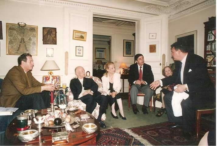 MS. Regele Mihai , Eugene Ionesco , Marie- France Ionesco , C. Brâncoveanu , doamna Rodica Ionesco , Mihai Ricci. În salonul casei lui E. Ionesco , iulie 1992.