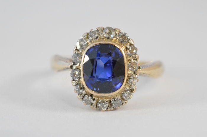 Online veilinghuis Catawiki: Geel gouden entourage ring bezet met een cushion geslepen saffier en diamanten