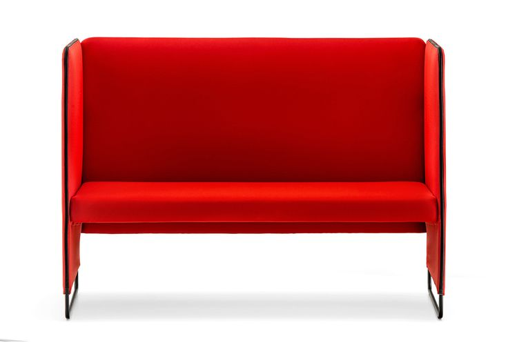 Zippo è un divanetto imbottito a due posti pensato per gli ambienti ufficio e contract e caratterizzato da linee pulite ed essenziali. Può essere rivestito in tessuto o finta pelle