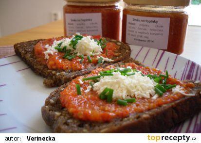 Směs podávána na opečeném celozrnném chlebu, posypané balkánským sýrem a čerstvou pažitkou