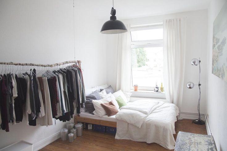 Supergemütliches WG-Zimmer in Hamburg Eimsbüttel mit Garderobenstange und Bett mit vielen Kissen. WG-Zimmer in Hamburg.  #interior #Kleiderstange #Organisation #flatshare