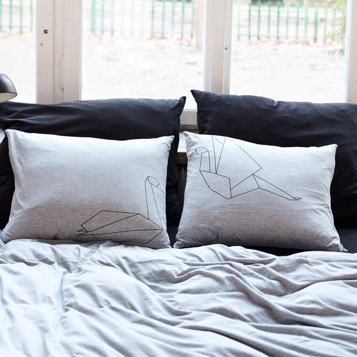 Szara Jerseyowa pościel jest naszym bestsellerem od samego początku – ma przepiękny odcień szarości, który idealnie pasuje do skandynawskich oraz nowoczesnych sypialni.