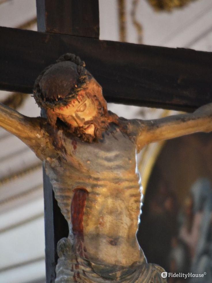 Campeggia nell'altare maggiore del Duomo il Crocifisso, visibile il flusso di sangue che esce dal costato.