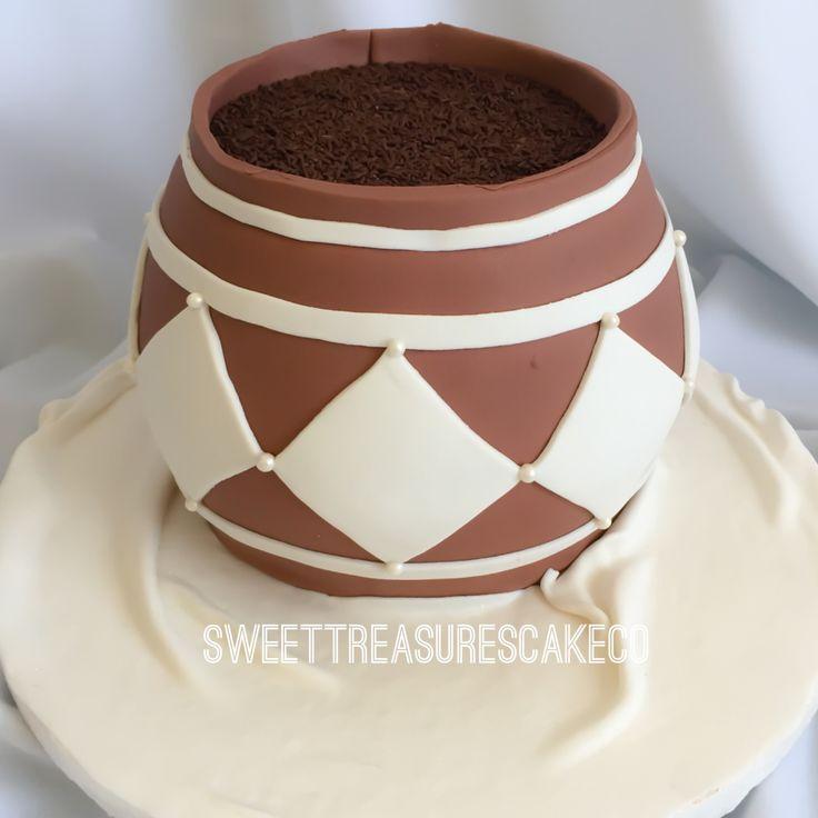 #traditional #african #wedding #cake. #redvelvet with #creamcheese filling. #zuluwedding #calabash #pot #marriage #love #celebration #joburg #johannesburg #sweettreasures #sweettreasurescakeco