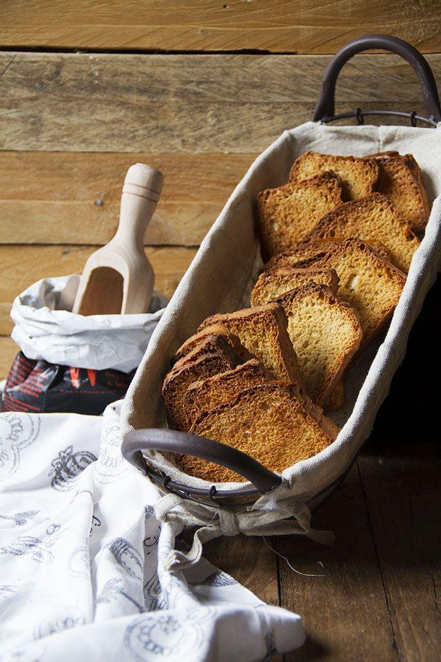 Le fette biscottate con farina di farro sono semplici da preparare e molto saporite. Si abbinano perfettamente a qualsiasi confettura o crema.