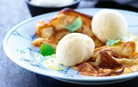Sprøde pandekager med luftig yoghurtis og appelsinsirup. Sød, frisk og lækker på én gang.