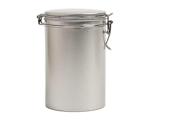 Mit der runden Kaffeedose erhalten Sie eine ideale Weißblechdose, um Kaffee, Tee und alle möglichen Zutaten, die in der Küche gebraucht werden, sicher und aromadicht verschlossen aufzubewahren.