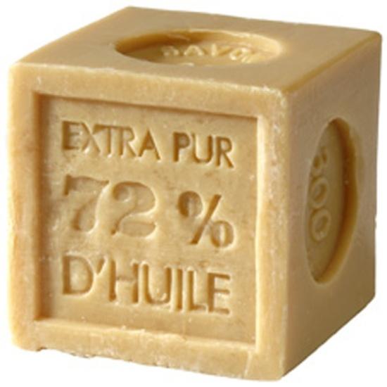 En symbol för det traditionella Provence, Marseille tvålen är högt aktad för dess äkthet och mildhet. Kan även användas för att tvätta ömtåliga textilier.    Härliga handgjord tvål, 100% vegetabilisk med eteriska oljor. Tvålar från Provence med stor variation av dofter valda av parfymmästare i Grasse. Tvålarna är extra milda och berikade med mandelolja som gör huden mjuk och ger den näring. Med mjukt skum och delikata dofter kommer din stund i badet bli en stund av njutning. 50 kr/st
