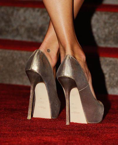 Kate Moss mini tatuaggio a forma di stellina sulla caviglia