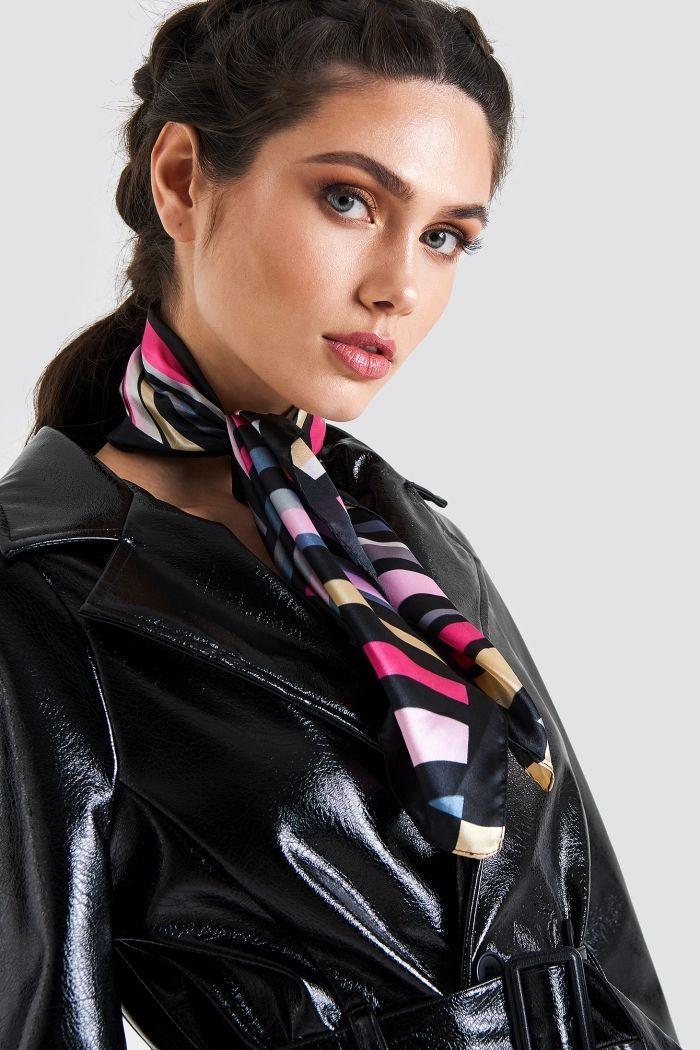 0900e1f905c3 modèle de foulard femme soie noir à design rayé aux couleurs variées, look  élégant avec