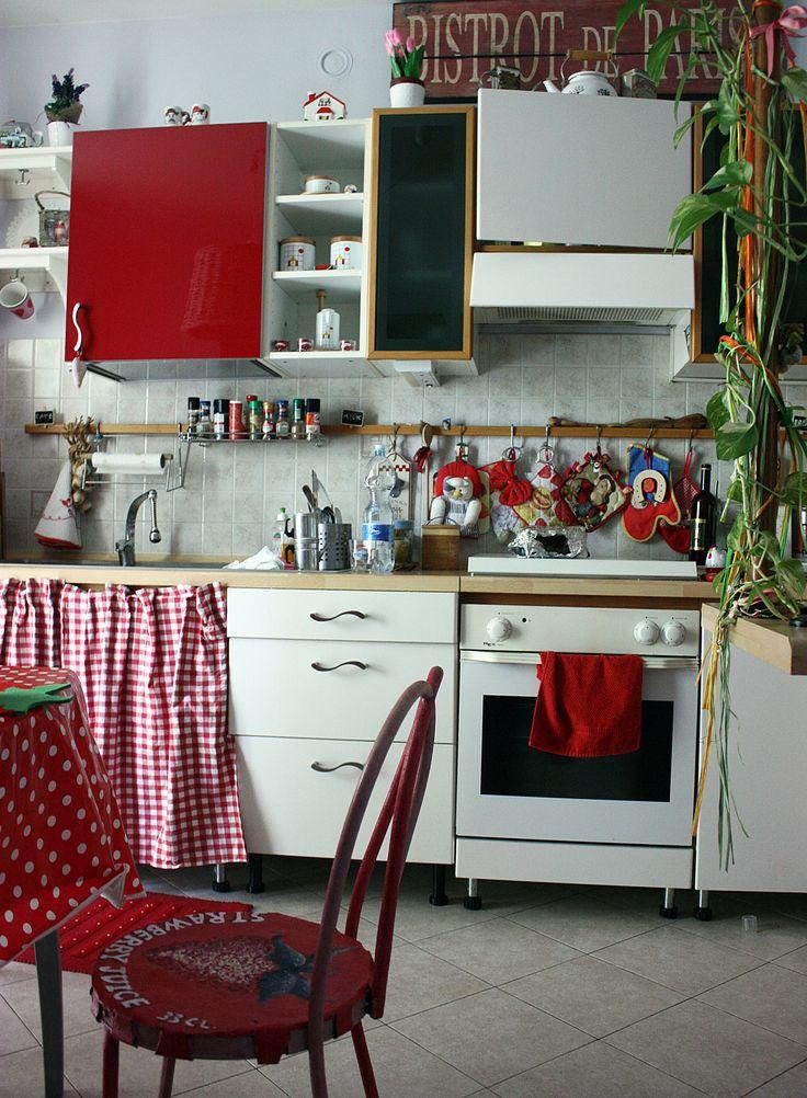 Cucina rinnovata nei toni del rosso.
