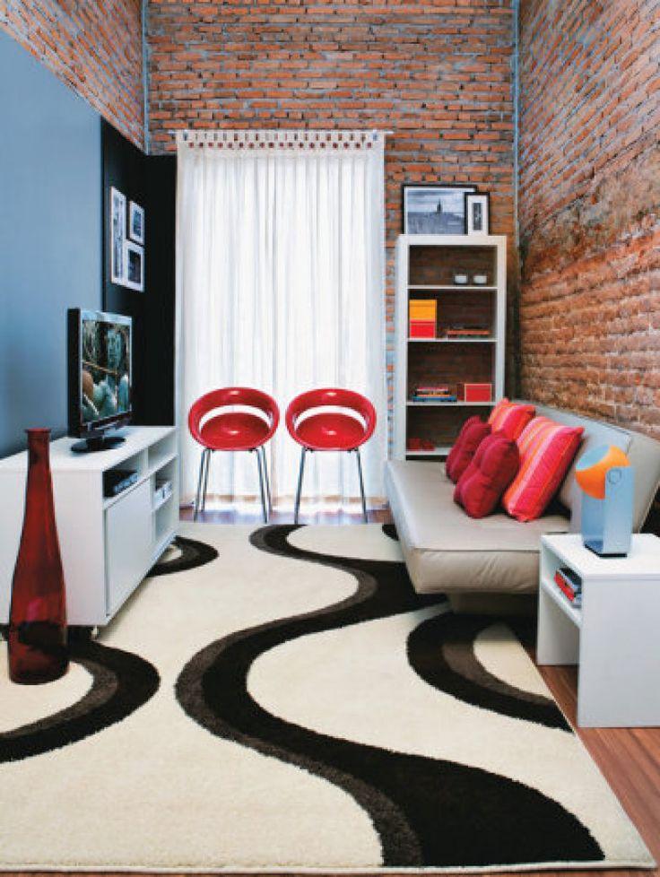 O design assinado pelo arquiteto Gustavo Curcio apresenta móveis pouco volumosos e aposta em uma base neutra combinando com, no máximo, três cores. O sofá-cama amplia a função do espaço, que pode também pode ser usado como quarto de hóspedes.