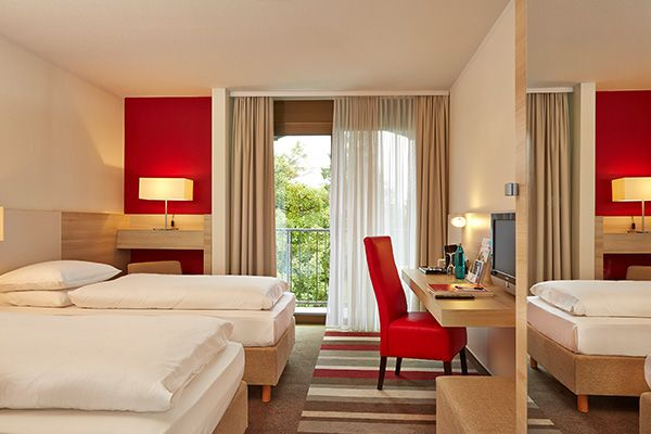 Blick in eines der Hotelzimmer / View into one of the hotel rooms | H+ Hotel Bad Soden