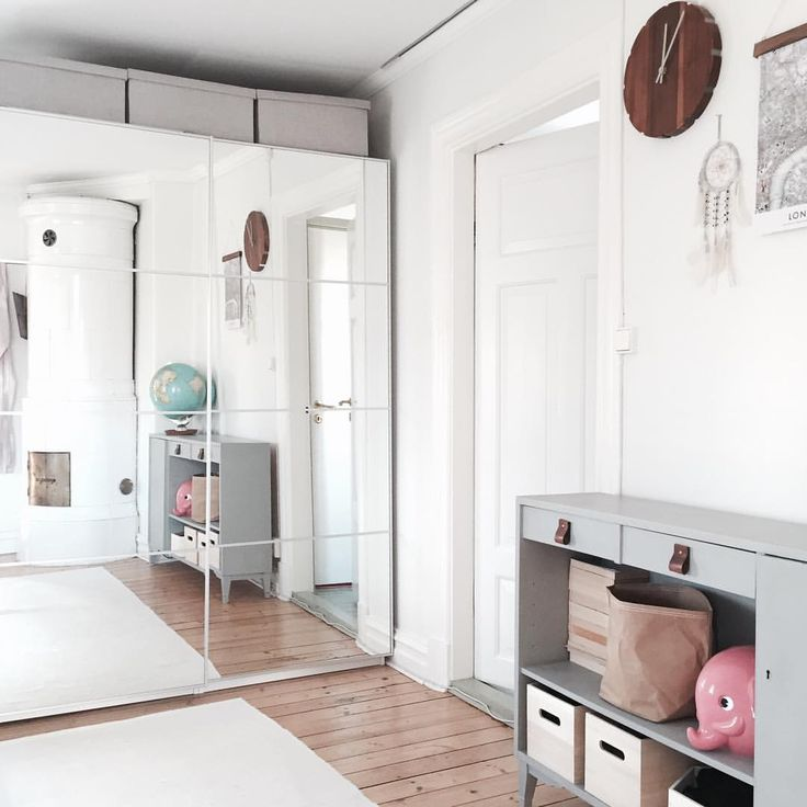God morgon! Har aldrig gillat den där stora klumpiga garderoben.. Men bra med speglarna, vår lilla tjej står ofta där och dansar och speglar sig💕 #kaptensgatan2 #bedrooms #bedroom #sovrum #sovrumsinspo #kakelugn #förvaring #storage #inredningsinspo #inredningsinspiration #interior #interiör #interiør #interieur #interiordesign #loppisfynd