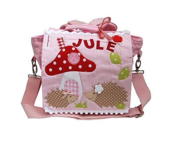 Niedlicher **Kindergartenrucksack mit Namen** liebevoll aufgepeppt mit zwei süßen **Igeln** vor ihrem Pilzhäuschen.  Dieser zauberhafte Kindergartenrucksack mit Namen ist für jedes Mädchen im...