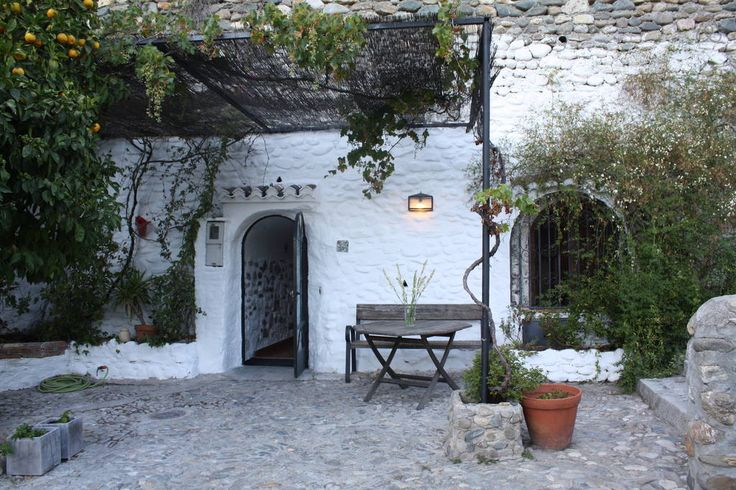 Aarde Huis in Granada, Spanje. Charming renovated cave, 100 m2 with large terrace and fabulous views, in the heart of Sacromonte. Very easy access. 2 minutes from a bus stop and only a 10 minute walk from Granada centre, adjoining the Albaicín neighbourhood.    The cave is in t...