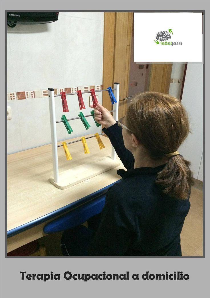 Este soporte de diferentes alturas nos sirve para trabajar la movilidad de todo el miembro superior en diferentes rangos de movimiento, así como la fuerza de prensión y agarre de las pinzas. Además, nos sirve para trabajar la coordinación ojo-mano o bimanual si pedimos que lo haga utilizando las dos manos a la vez.   Si además queremos trabajar los aspectos cognitivos, podemos pedir que coloque las pinzas en una secuencia determinada: por colores, altura, etc.
