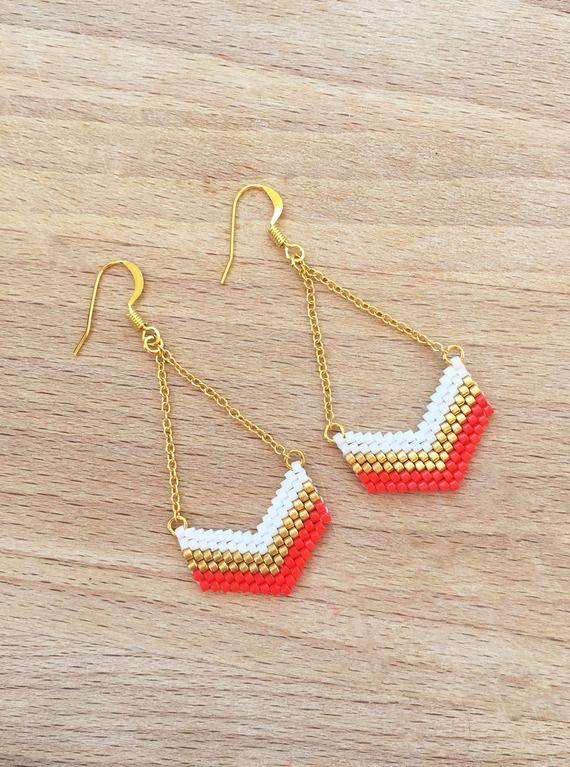 Boucles d'Oreille Géométrique Chevron en Perles Corail, Doré, Blanc Plaqué Or