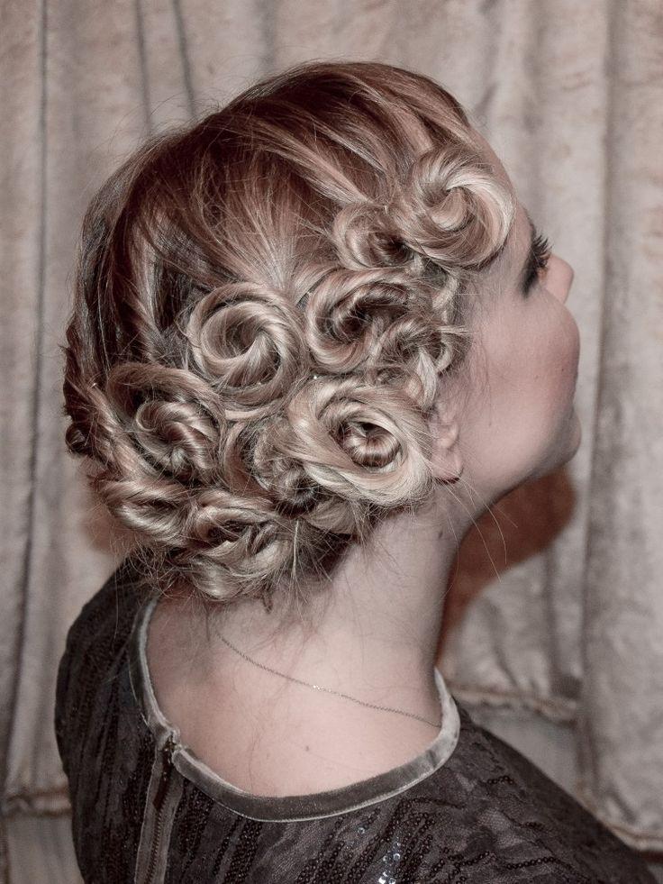 Gekordelte, eingedrehte Haare im 20er Look. Eine ausgefallene Frisur ganz einfach. Hochsteckfrisur, Haarschnecken, Wasserwellen, 20er Jahre Frisur, Weihnachtsfrisur, schicke Frisur, lange Haare, mittellange Haare, kurze Haare, Frisuren, Frisurideen