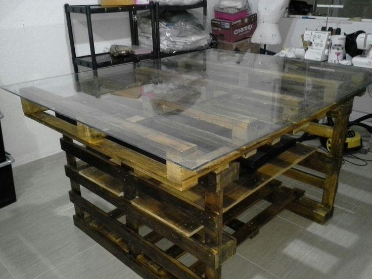Mesa em Pallets, medida 1,70 x 1,44 mts, com Tampo de vidro. Utilizei 6 pallets.