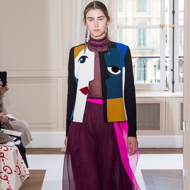 O surrealismo mais uma vez dá as caras no desfile da @elsaschiaparelli na semana de Alta-Costura de Paris. Agora é a técnica do trompe l'oeil que estampa as jaquetas e longos fluidos da coleção. Destaque também para o belo trabalho com tule e os bordados divertidos em 3D aplicados em forma de colares laços e corações. #LOFFama #hautecouture  via L'OFFICIEL BRASIL MAGAZINE INSTAGRAM - Fashion Campaigns  Haute Couture  Advertising  Editorial Photography  Magazine Cover Designs  Supermodels…