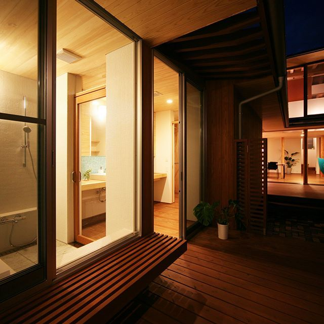 ウッドデッキに面した浴室。 #注文住宅#kisetsu#マイホーム#シンプルな家#おしゃれな家#浴室#浴室タイル#バスルーム#レインシャワー#建築#設計事務所#浴槽#明るいお風呂#お風呂#庭#ナチュラルな暮らし#窓のあるお風呂#モダンな家#ウッドデッキのある家#お風呂場