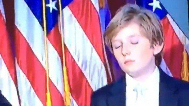 O filho mais novo de Donald Trump, Barron Trump, de 10 anos de idade, parecia estar cansado durante o discurso de vitória do pai.