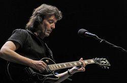 Британский гитарист и автор песен, бывший участник прог-рок-группы Genesis Стив Хэкетт (Steve Hackett) пытается убедить всех бывших участников Genesis снова собраться вместе. В интервью изданию «Mail Online» музыкант сообщил: «Воссоединение Genesis – из разряда возможных. Сейчас я о�